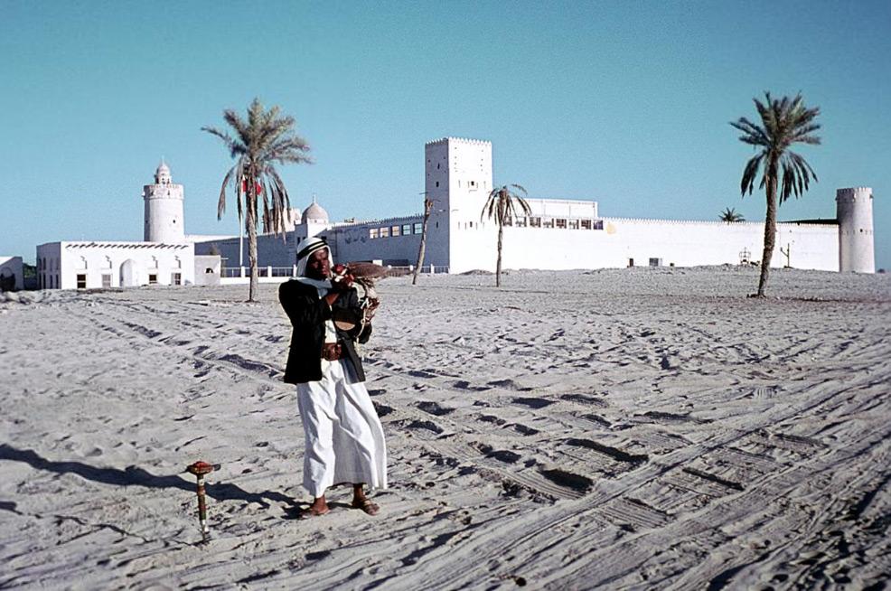 مُرَبِي الصقور أمام قصر الحِصن، أبو ظبي